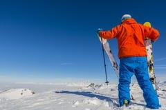 Narciarstwo z zadziwiającym widokiem szwajcarskie sławne góry w pięknym obrazy royalty free