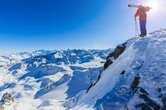 Narciarstwo z zadziwiającym widokiem szwajcarskie sławne góry w pięknym obraz royalty free