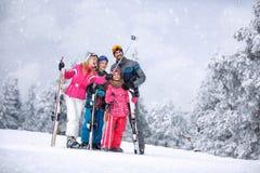 Narciarstwo, zima, śnieg i zabawa, - rodzinna cieszy się zima być na wakacjach zdjęcie stock