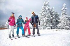 Narciarstwo zimy rodzinny cieszy się wakacje na śniegu w pogodnym zimnym dniu fotografia stock