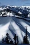 narciarze sylwetki dale słońca Obrazy Stock