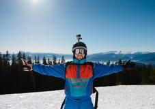 narciarze uśmiecha się na słonecznym dniu Przeciw tłu góry Obrazy Royalty Free