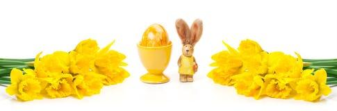 Narcisos amarelos, coelhinho da Páscoa, ovo da páscoa, bandeira Fotos de Stock