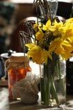 Narcisos amarelos no interior retro foto de stock