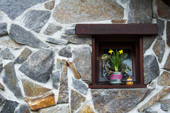 Narcisos amarelos no potenciômetro de flor na soleira na janela recessed pequena imagens de stock
