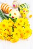 Narcisos amarillos con los huevos de Pascua Fotografía de archivo libre de regalías