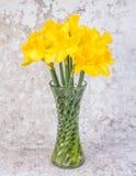 Narcisos amarillos en un florero de cristal - imagen imagen de archivo