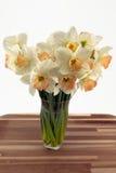 Narcisos en florero. Imagen de archivo