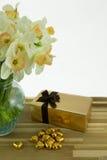 Narcisos en florero. Imagen de archivo libre de regalías