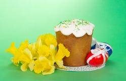 Narcissuses y torta amarillos de Pascua Foto de archivo libre de regalías