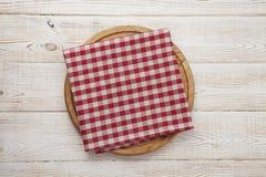 narcotize Pila de toallas de plato coloridas en la opinión superior del fondo de madera blanco de la tabla imagenes de archivo