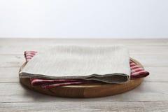 narcotize Pila de toallas de plato coloridas en la opinión superior del fondo de madera blanco de la tabla foto de archivo libre de regalías