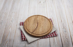 narcotize Pila de toallas de plato coloridas en la opinión superior del fondo de madera blanco de la tabla imágenes de archivo libres de regalías