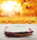 narcotize Stapel kleurrijke droogdoeken op houten lijst en de herfstachtergrond Hoogste meningsspot omhoog royalty-vrije stock fotografie