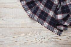 narcotize Tartán del mantel, a cuadros, toallas de plato en la mofa de madera blanca de la opinión superior del fondo de la tabla imágenes de archivo libres de regalías