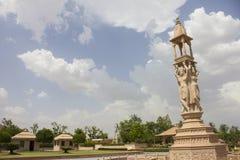 Nareli耆那教的寺庙在天空下 免版税库存图片