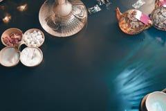 Nargile na szklanym sto?owym odg?rnym widoku fili?anki ?wieczki i smartphone wschodnia herbaciana ceremonia Elegancki orientalny  fotografia royalty free
