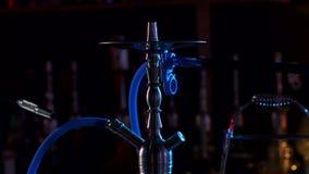 Nargile stojaki na barze w nargile barze, zwolnione tempo zdjęcie wideo