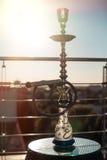 Narguilé de jardin dans les rayons du soleil ; Photographie stock libre de droits