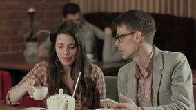 Narguilé de jeunes couples et smartphone de tabagisme d'utilisation banque de vidéos