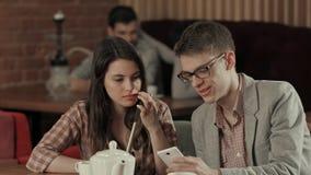 Narguilé de jeunes couples et smartphone de tabagisme d'utilisation Photographie stock