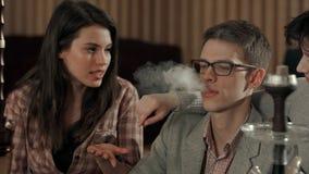 Narguilé de tabagisme et toux d'homme Image stock