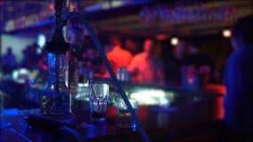 Narguilé et deux verres se tenant sur le compteur de barre à la boîte de nuit, l'atmosphère de partie clips vidéos