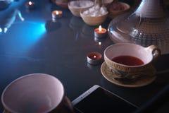 Narguilé, intérieur Arabe une tasse de cubes en thé et en sucre avec différents goûts, faite main, un smartphone sur la tabl photo stock