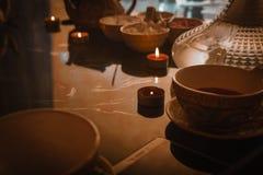 Narguilé, intérieur Arabe une tasse de cubes en thé et en sucre avec différents goûts, faite main, un smartphone sur la tabl photos libres de droits