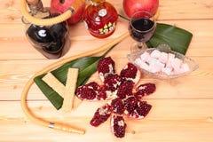 Narguilé, vin et bonbons Images stock