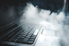 Narguil? de tabagisme tout en travaillant sur l'ordinateur portable ? la maison, th?me fonc?, fin, lignes de lumi?re du soleil photos stock