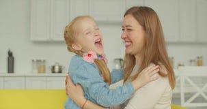 Narices de frotamiento de la hija emocionada de la madre y de la sonrisa almacen de metraje de vídeo