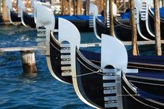 Narices del primer amarrado de las góndolas Venecia, Italia Imágenes de archivo libres de regalías