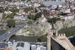 从Narikala堡垒,乔治亚的第比利斯市中心鸟瞰图 免版税库存图片