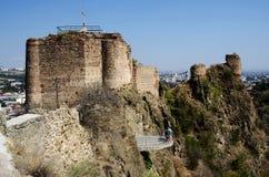 第比利斯,乔治亚全景 享受从堡垒Narikala的墙壁的游人城市视图 库存图片