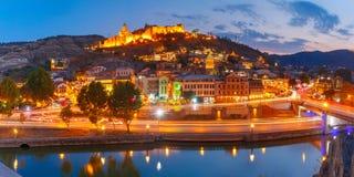 Narikala et Abanotubani la nuit, Tbilisi, la Géorgie Photo stock