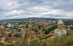 Narikala forntida fästningväggar med för en tid sedan återställda St Nicholas kyrkliga förbise Tbilisi, huvudstaden av Georgia oc arkivfoto