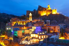 Narikala und Abanotubani nachts, Tiflis, Georgia Lizenzfreie Stockfotografie