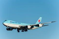 NARITA - IL GIAPPONE, IL 25 GENNAIO 2017: Atterraggio del carico di HL7610 Boeing 747 Korean Air nell'aeroporto internazionale di Fotografie Stock