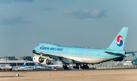 NARITA - IL GIAPPONE, IL 25 GENNAIO 2017: Atterraggio del carico di HL7610 Boeing 747 Korean Air nell'aeroporto internazionale di Immagini Stock Libere da Diritti