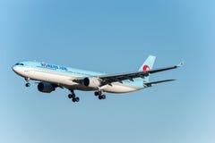 NARITA - IL GIAPPONE, IL 25 GENNAIO 2017: Atterraggio di HL7709 Airbus A330 Korean Air nell'aeroporto internazionale di Narita, G Fotografie Stock