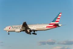 NARITA - IL GIAPPONE, IL 25 GENNAIO 2017: Atterraggio di N750AN Boeing 777 American Airlines nell'aeroporto internazionale di Nar Fotografie Stock Libere da Diritti