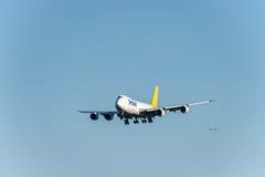 NARITA - IL GIAPPONE, IL 25 GENNAIO 2017: Atterraggio polare delle merci aviotrasportate di N851GT Boeing 747 nell'aeroporto inte Fotografie Stock
