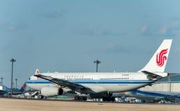 NARITA - JAPÃO, O 25 DE JANEIRO DE 2017: As linhas aéreas de B-6549 Airbus A330 Air China decolam no aeroporto internacional de N Fotografia de Stock