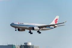 NARITA - JAPÃO, O 25 DE JANEIRO DE 2017: Aterrissagem de B-6549 Airbus A330 Air China no aeroporto internacional de Narita, Japão Fotografia de Stock
