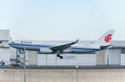 NARITA - JAPÃO, O 25 DE JANEIRO DE 2017: Aterrissagem de B-6549 Airbus A330 Air China no aeroporto internacional de Narita, Japão Imagem de Stock Royalty Free