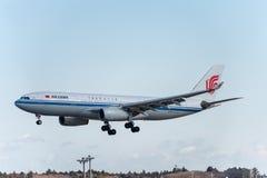 NARITA - JAPÃO, O 25 DE JANEIRO DE 2017: Aterrissagem de B-6549 Airbus A330 Air China no aeroporto internacional de Narita, Japão Imagens de Stock