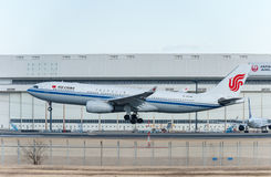 NARITA - JAPÃO, O 25 DE JANEIRO DE 2017: Aterrissagem de B-6549 Airbus A330 Air China no aeroporto internacional de Narita, Japão Foto de Stock