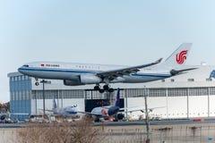 NARITA - JAPÃO, O 25 DE JANEIRO DE 2017: Aterrissagem de B-6549 Airbus A330 Air China no aeroporto internacional de Narita, Japão Fotografia de Stock Royalty Free