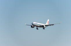 NARITA - JAPÃO, O 25 DE JANEIRO DE 2017: Aterrissagem de B-6549 Airbus A330 Air China no aeroporto internacional de Narita, Japão Fotos de Stock Royalty Free